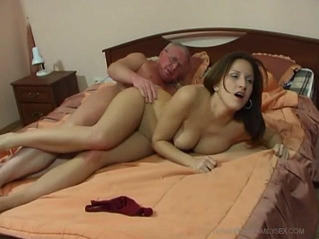 Папа с дочкой - русское порно видео инцеста отцов и дочерей.