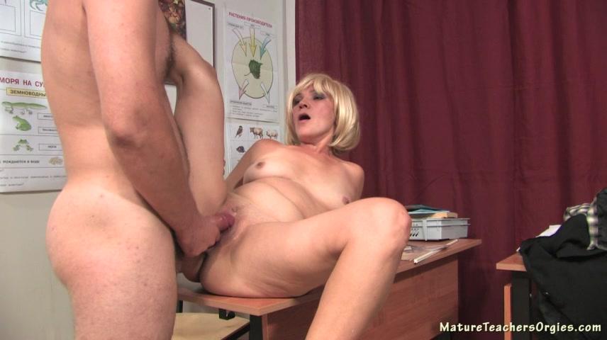 Порно видео с учительницей в чулках