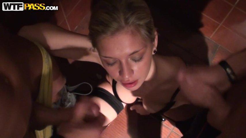 Порно с туалете за деньги, трахнул не молодую леди на столе