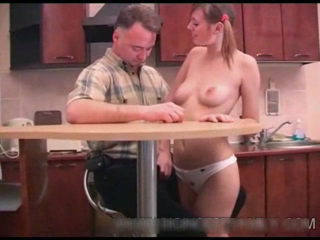 Дочь отсасывает бородатому отцу на кухне