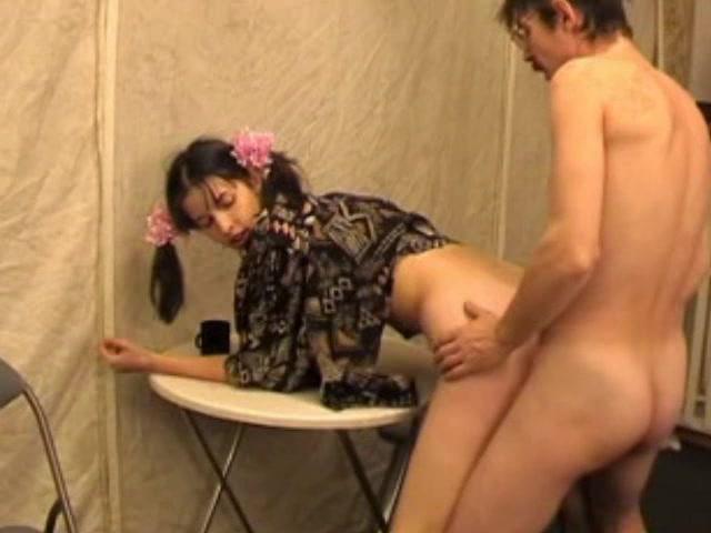папа делает дочке массаж порно