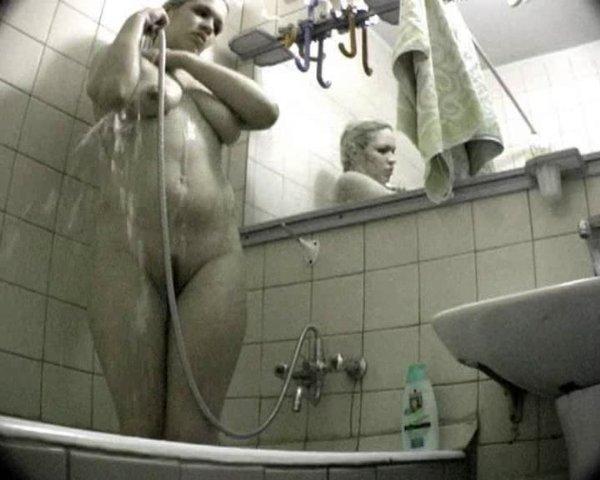 и ванной в на камеру муж жена