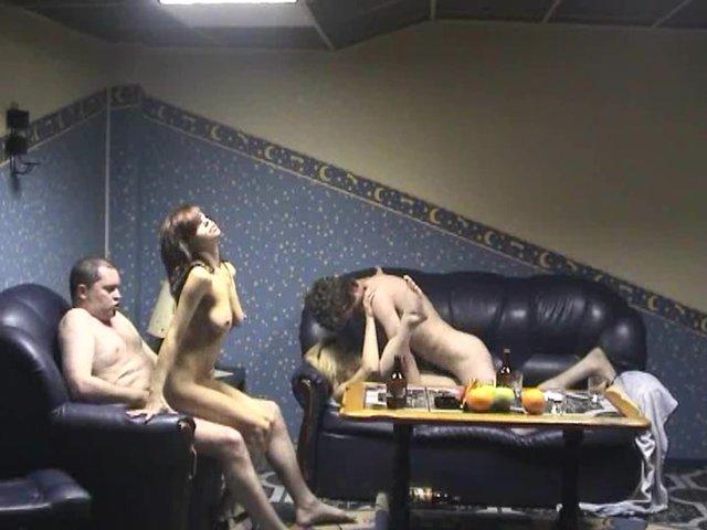gruppovuha-v-bane-s-zhenoy-porno-video-golie-sosedi-po-dache