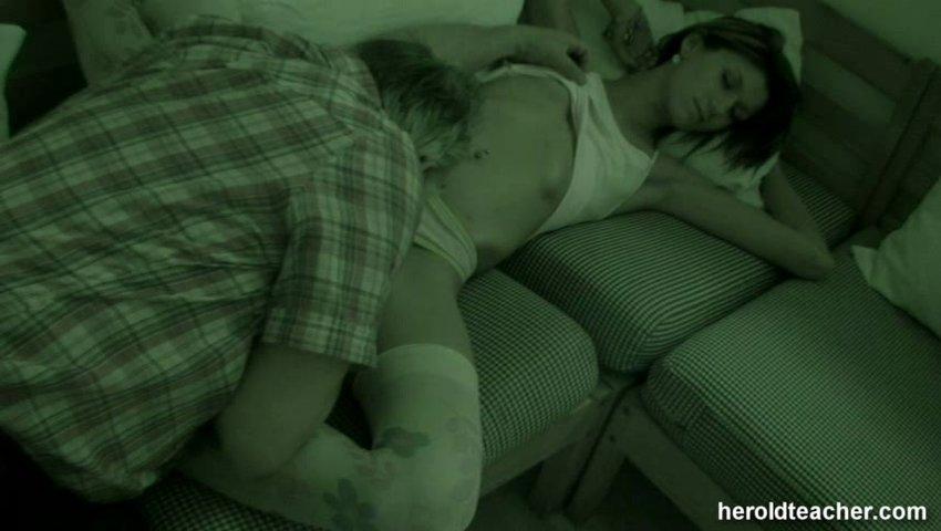 Порно отец ласкает спящую