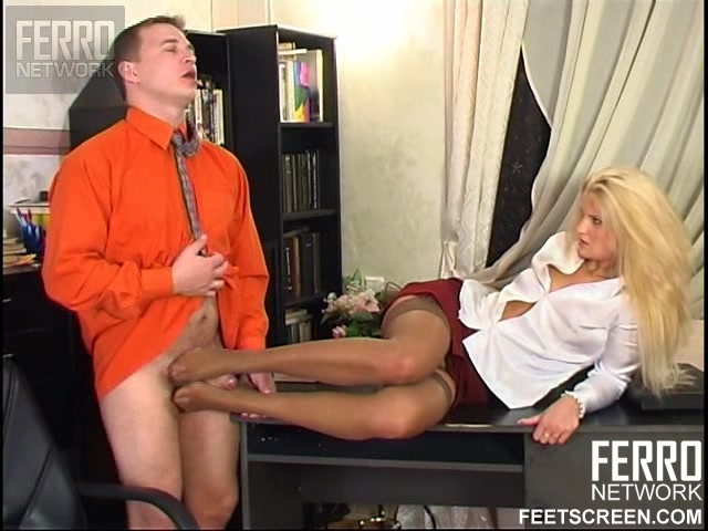 Фетишист трахнул ноги девушке и накончал на бритую киску
