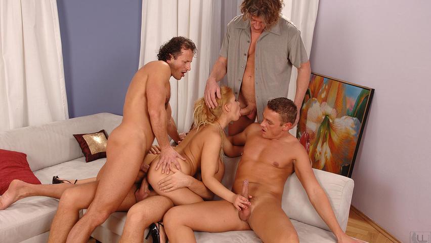Порно четыри зэка трахнули блондинку