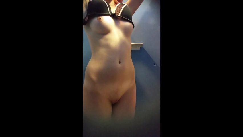 erotika-dushevaya-razdevalka