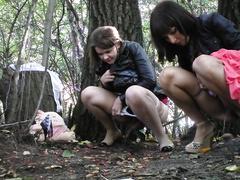 Подглянутое за писающими девушками на природе видео, русская сучка сосет у негра