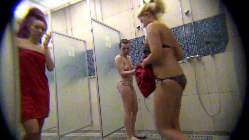 Скрытая мини камера в женском душе бассейна