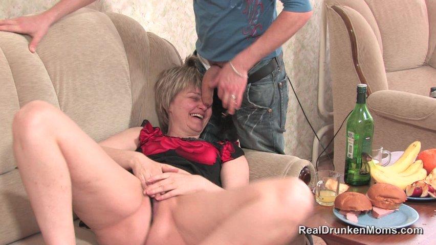 Прахнула как видео смотреть пьяная мваего мать сына
