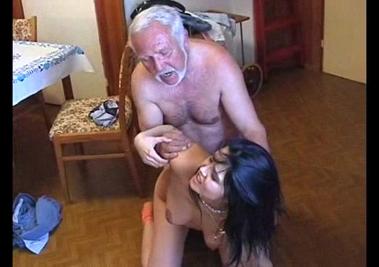 Старик имеет свою молодую горничную, густая сперма на груди