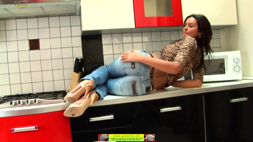 Девушки в обтягивающих штанах с раздвинутыми ногами, порно с сочной женщиной