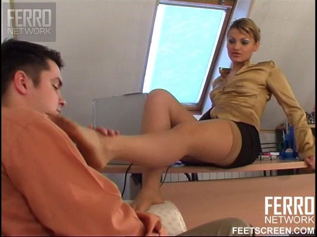 Девушка заставила лизать ноги свою подругу, трахает любовницу у себя дома фото секс