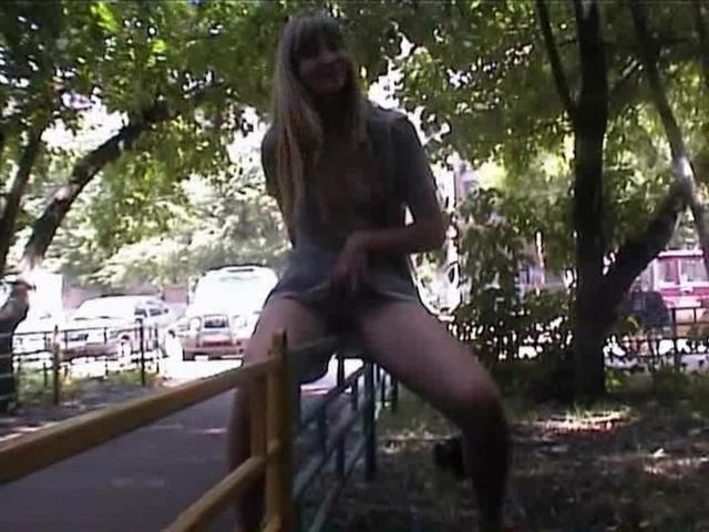 Видеоролики девушка позирует на публике порно русской молодежи смотреть