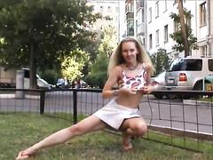 Брюнетка показывает свои прелести в парке на лавочке, сосут стриптизера видео
