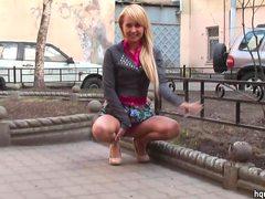 Крупным подглядывание под юбку в москве видео ведущей