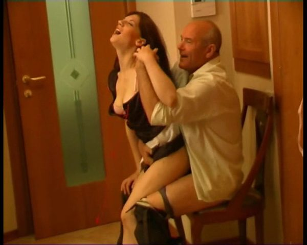 porno-video-gornichnih-onlayn-molodaya-prishla-k-zreloy-s-podarkom-porno