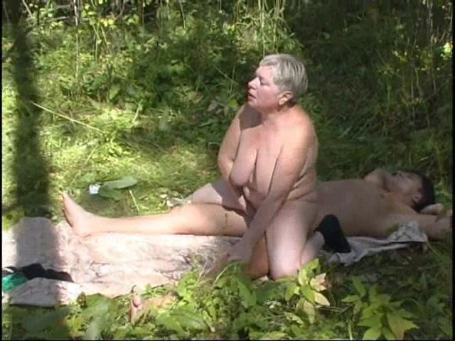 golie-siski-v-lesu-video-porno-filmi-minet-cherez-otverstie