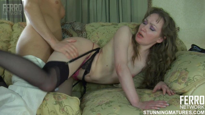 Парень трахает подругу мамы порно