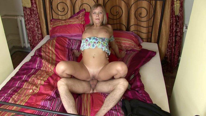 Порно фильм блондинка на кровати