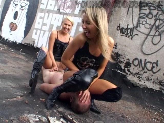 porno-blondinok-s-rabami-krasivaya-devushka-prosto-moet-v-vannoy-siski-video